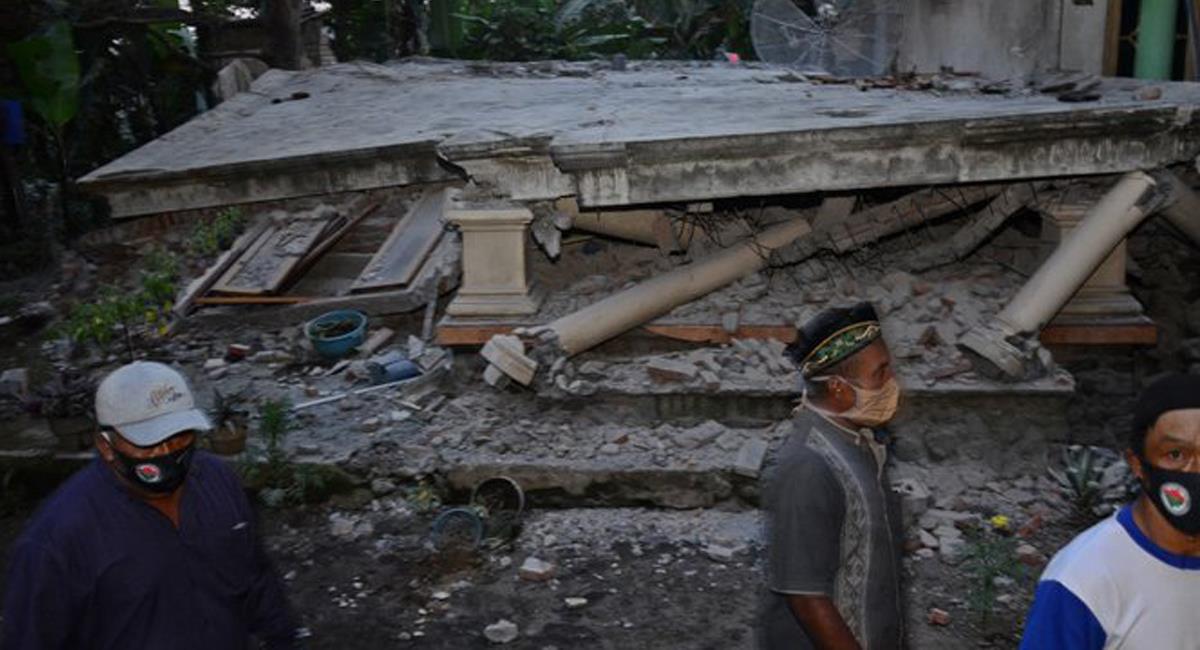 Un sismo de 6 puntos azotó Indonesia ocasionando la muerte de 7 personas. Foto: Twitter @meganoticiascl