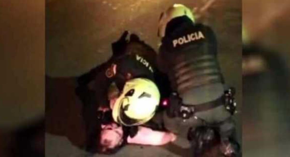 Momento en que policías agreden a Javier Ordóñez. Foto: Twitter