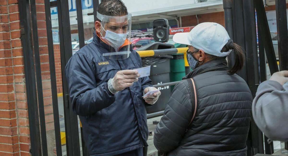 El pico y cédula es una de las principales medidas para contrarrestar el virus. Foto: Alcaldía de Bogotá