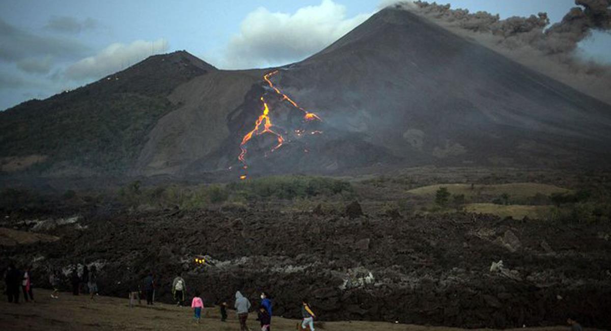 El volcán La Soufriere hizo erupción y ha generado una crisis humanitaria en San Vicente y las Granadinas. Foto: Twitter @BrunoRguezP