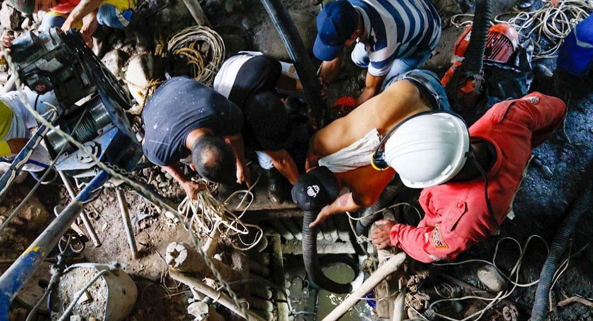 Brigadas de emergencia trabajan para rescatar los cuerpos de los mineros atrapados. Foto: EFE