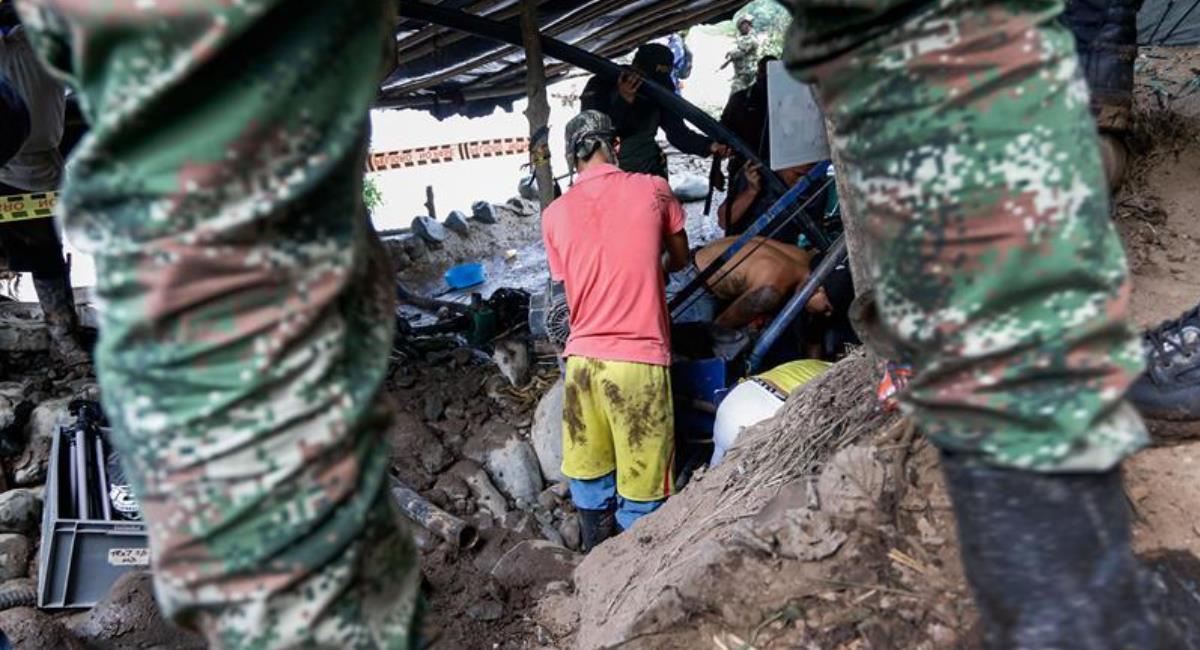 Rescatan los cuerpos de los 11 mineros en Caldas. Foto: EFE