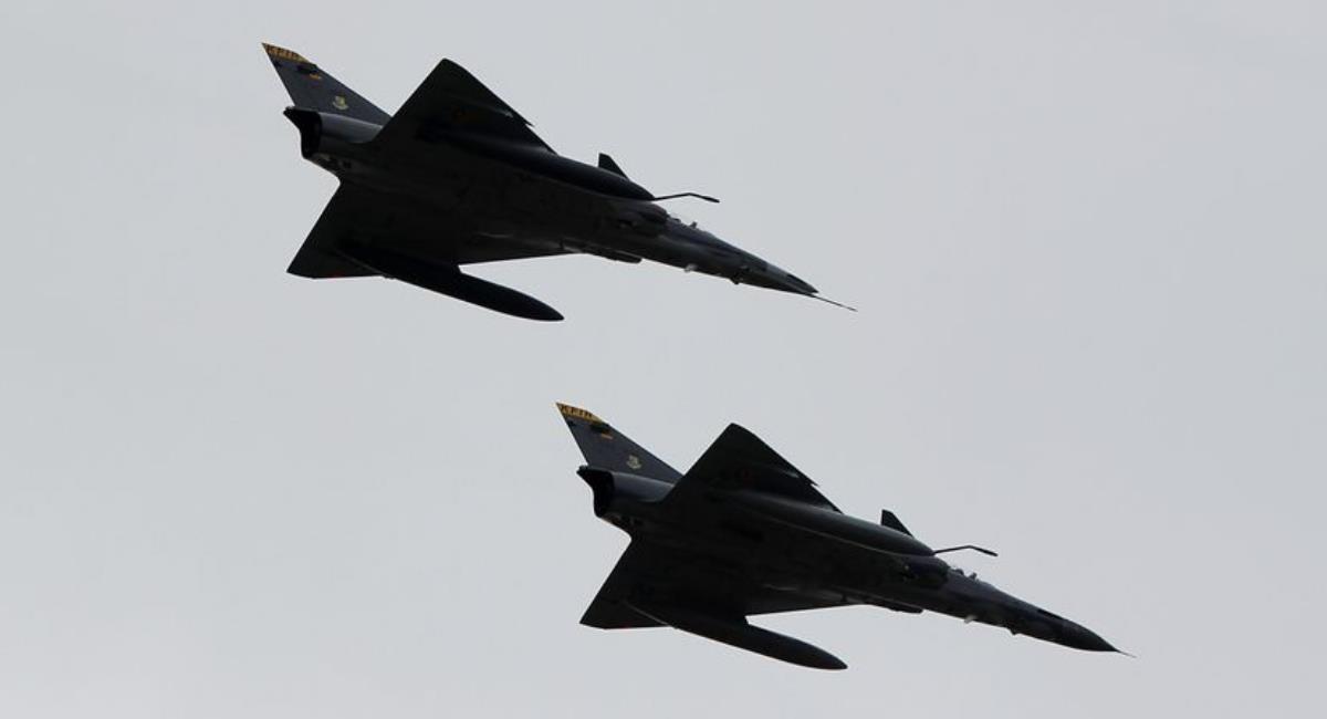 FAC saca a un avión ruso de su espacio aéreo. Foto: EFE