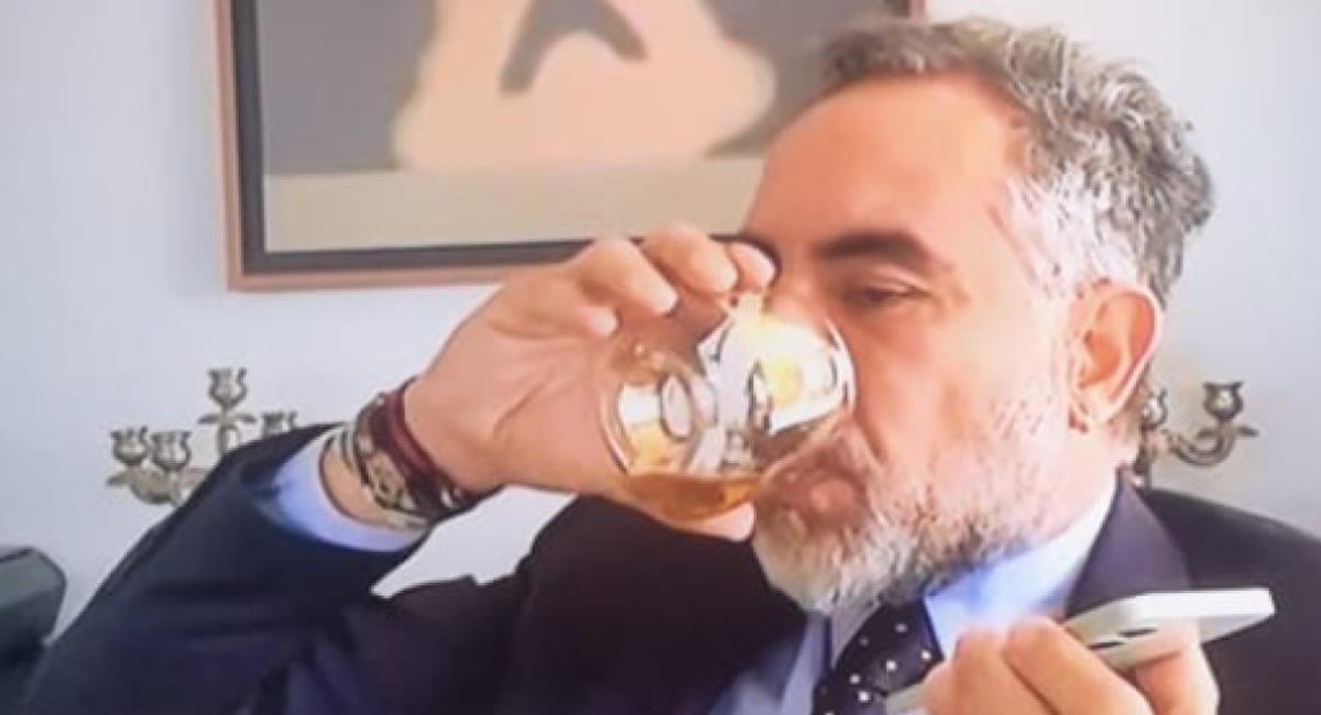 Un nuevo acto controvertido protagonizó el senador Armando Benedetti al beber whiskey en plena sesión virtual del Congreso. Foto: Twitter @sheetara666