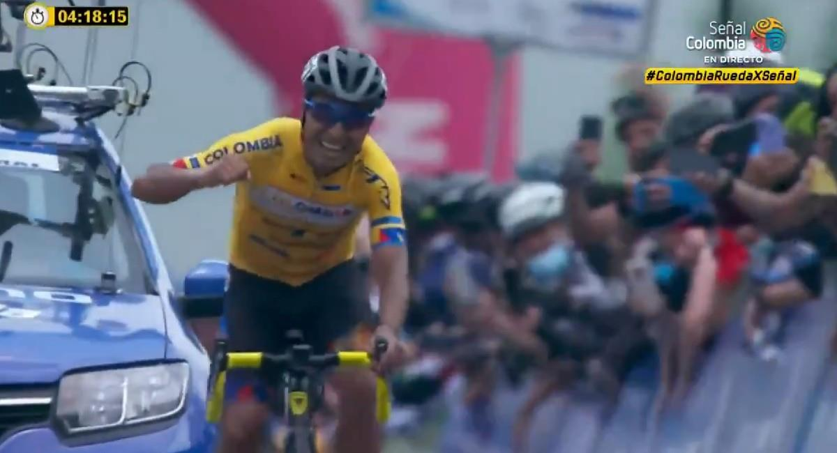 Darwin Atapuma celebra su victoria de la etapa 8. Foto: Twitter @SenalDeportes
