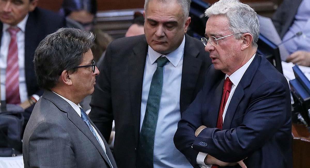 Álvaro Uribe (d) con el ministro de Hacienda, Alberto Carrasquilla (i), ponente de la reforma. Foto: Twitter / @ChrisBustos109