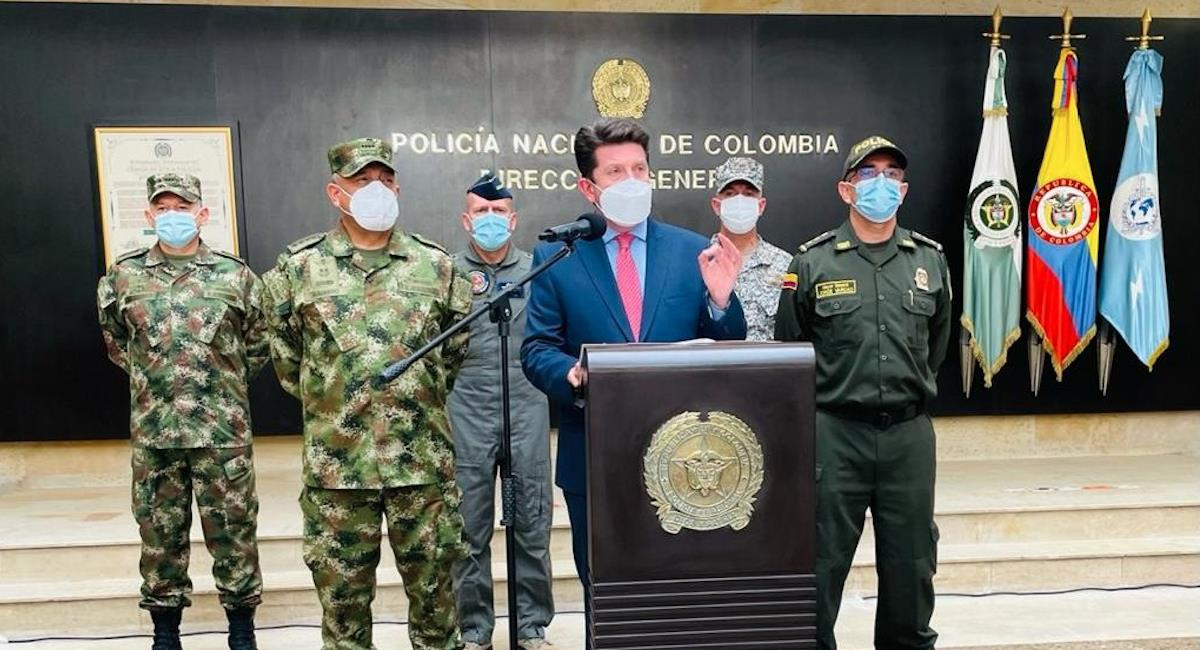 Diego Molano dando discurso junto a la cúpula militar. Foto: Twitter @Diego_Molano