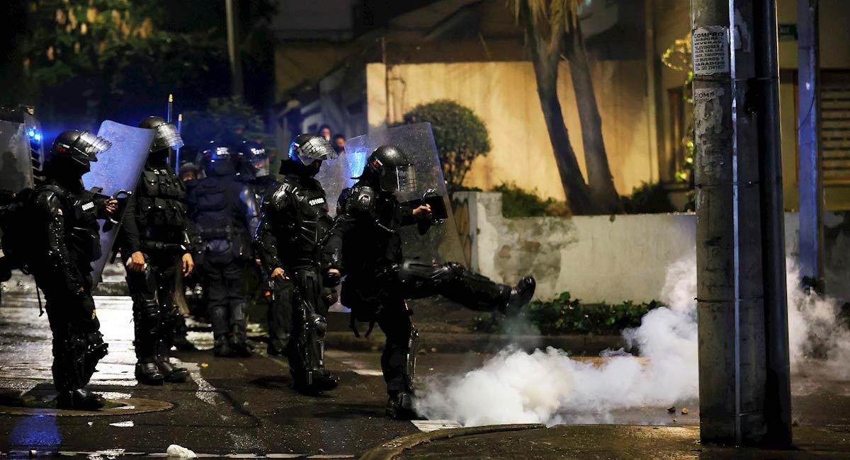 Miembros del ESMAD se enfrentan a los manifestantes en Bogotá. Foto: EFE