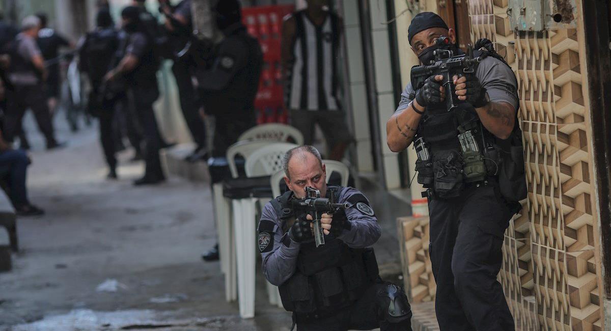 Efectivos de la policía brasileña vigilan las estrechas calles de las favelas de Río de Janeiro en medio de una operación contra bandas criminales. Foto: Twitter @elindepepy