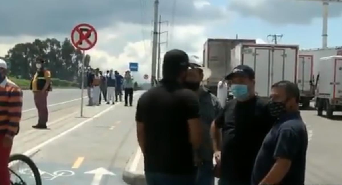 Los camioneros que participaron de un plantón pacífico y sin afectaciones a la movilidad en la calle 80 piden rebaja y eliminación de peajes en el país. Foto: Captura de video