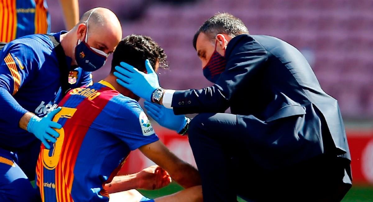 Sergio Busquets es atendido en el campo de juego tras recibir un duro golpe. Foto: EFE