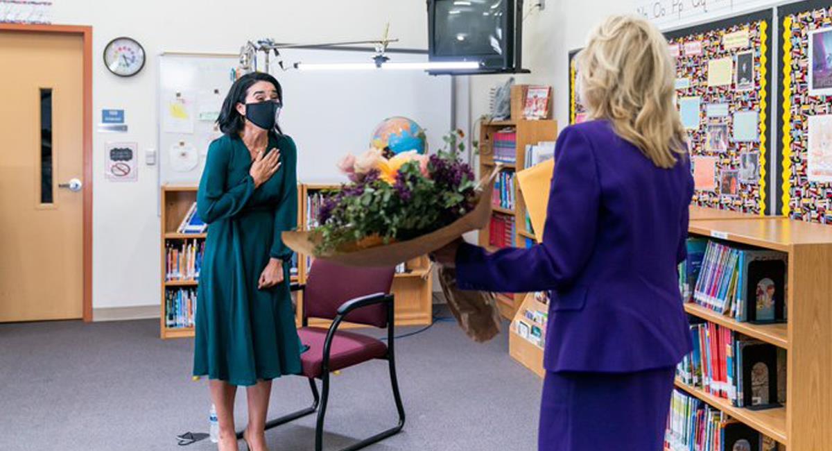 Momento en el que la primera dama de los Estados Unidos, Jill Biden, sorprende a Juliana Urtubey en su salón para entregarle el premio como Maestra del año. Foto: Twitter @FLOTUS