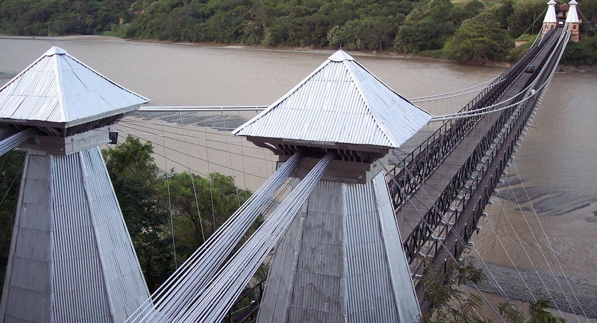 Los puentes 'colgantes' que tienen antigüedad forman parte de la arquitectura de las ciudades. Foto: Twitter @Arivero87