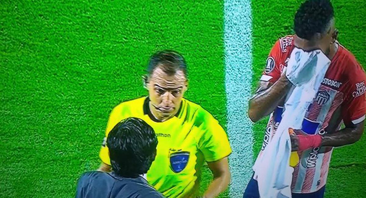 Para llorar, así estuvo la actuación de los equipos colombianos en Copa Libertadores. En la imagen Miguel Borja sufre los efectos de gas lacrimógeno lanzado en las afueras del Romelio Martínez. Foto: Twitter @elkin_Is