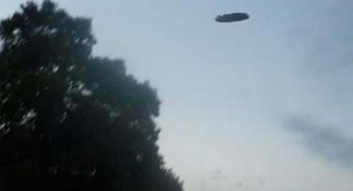 """Las personas lograron visualizar el """"platillo metálico"""" cayendo desde el cielo. Foto: Twitter @SalMerkdo"""