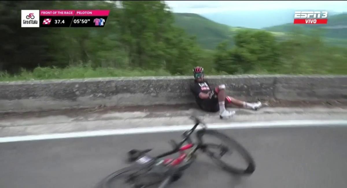 Dura caída de Fernando Gaviria en el Giro de Italia. Foto: Twitter captura pantalla ESPN.