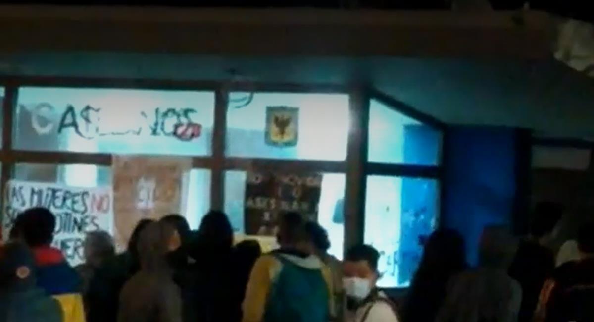 Manifestantes intentaron vandalizar en la noche del 14 de mayo el CAI del barrios Quirigua en el occidente de Bogotá. Foto: Captura de video
