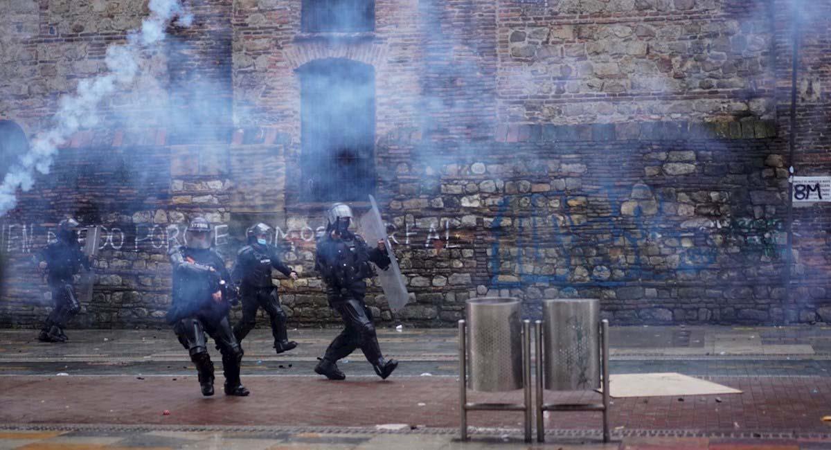 Agentes del ESMAD se enfrentan a manifestantes en Bogotá. Foto: EFE