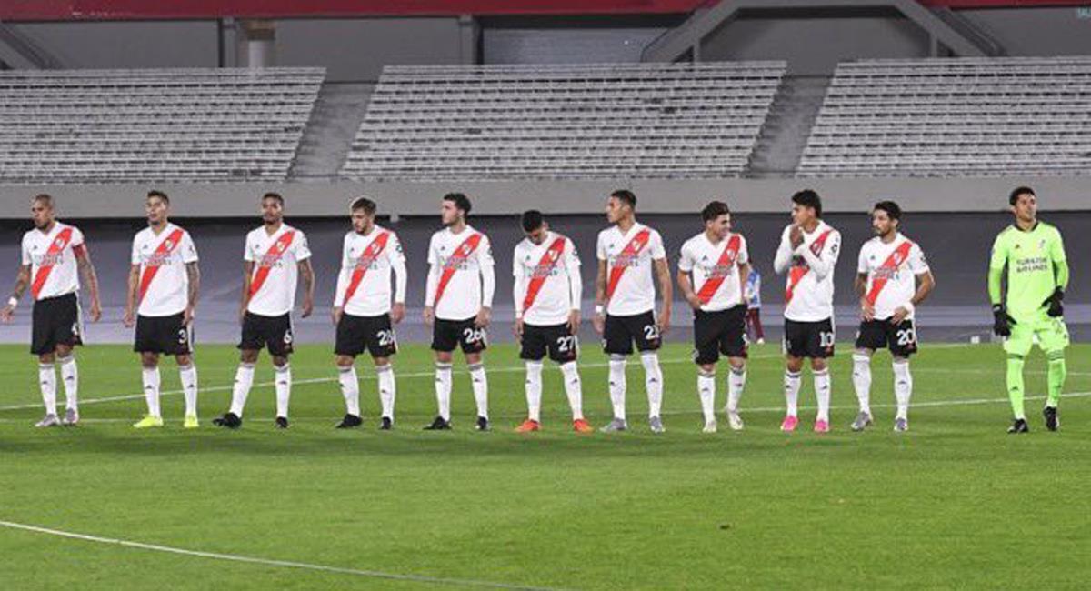 Independiente Santa Fe perdió ante un River Plate que no tenía suplentes y contaba con un jugador de campo improvisado como arquero que ni el uniforme ensució. Foto: Twitter @askomartin