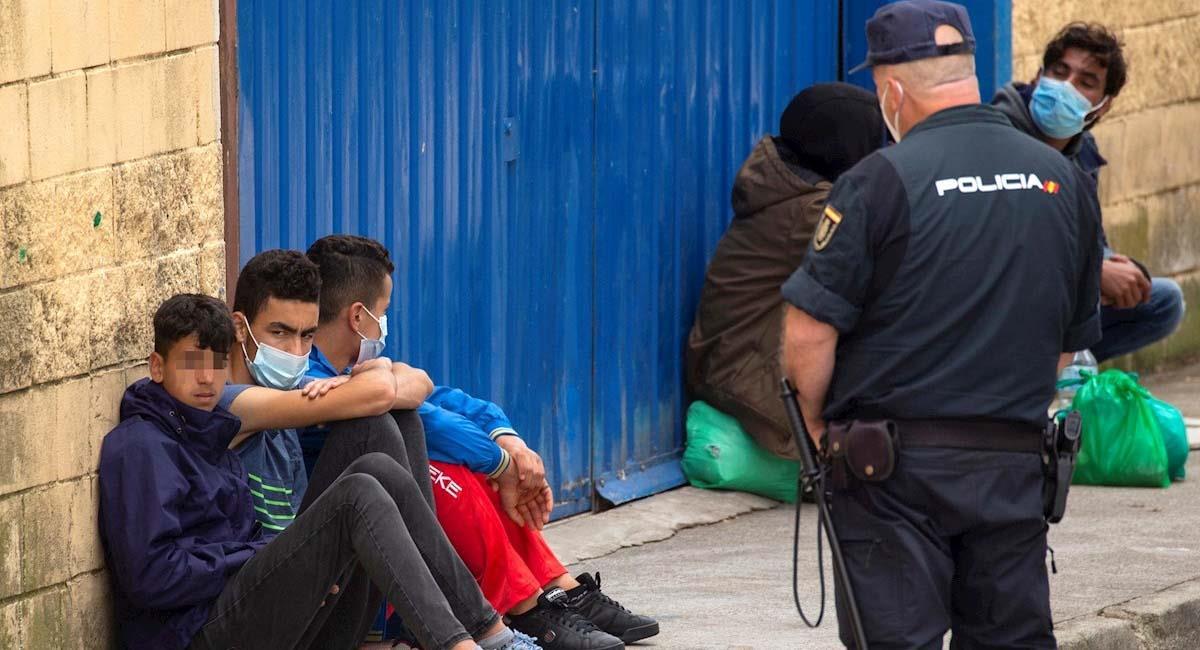 Varios inmigrantes menores en Ceuta, España. Foto: EFE