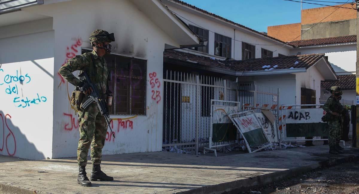 Soldados custodian la sede de la URI de la Fiscalía en Popayán. Foto: EFE