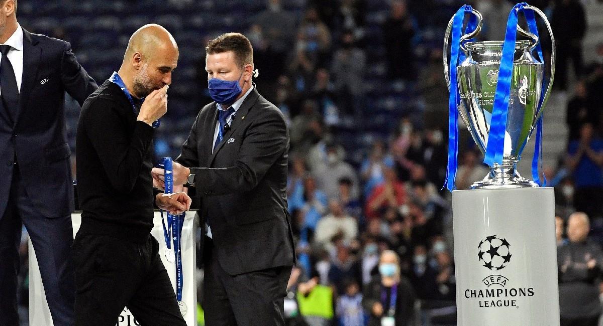 Pep Guardiola besando la medalla de plata tras perder la final de la Champions League ante Chelsea. Foto: EFE