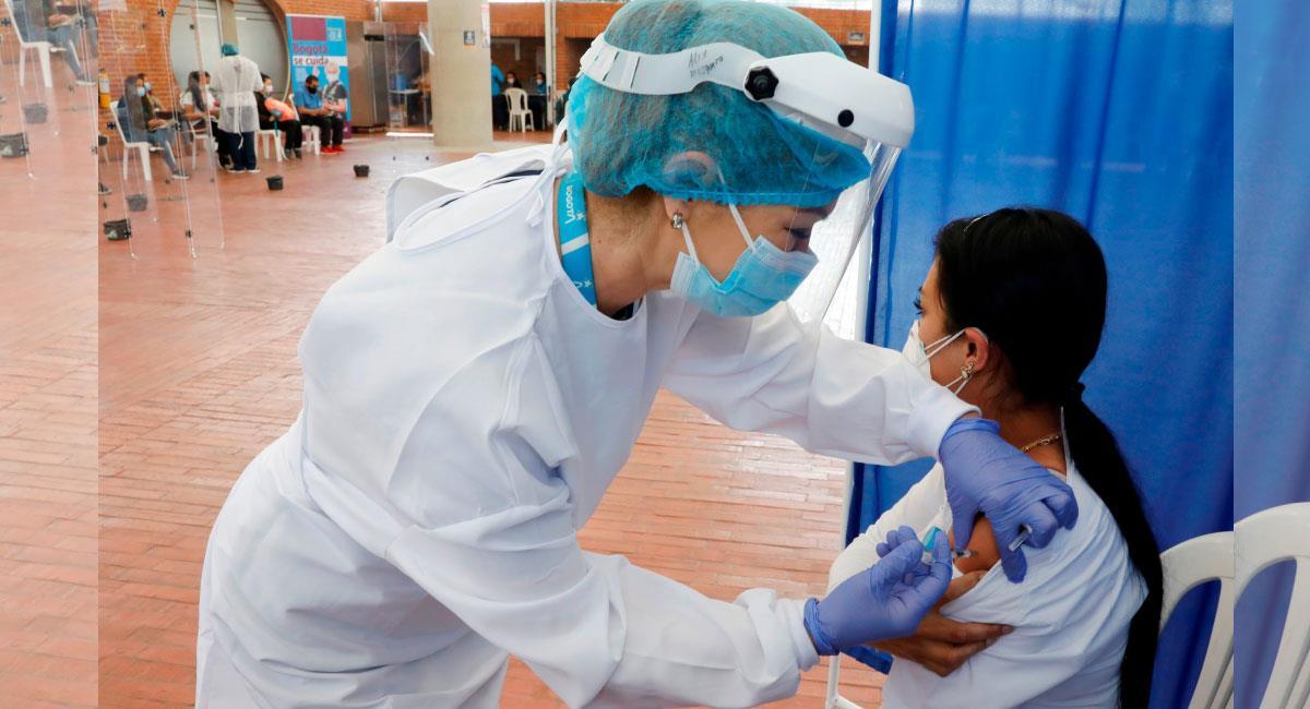 La población entre 50 y 54 años podrá vacunarse contra la COVID-19, sin agendamiento previo. Foto: EFE