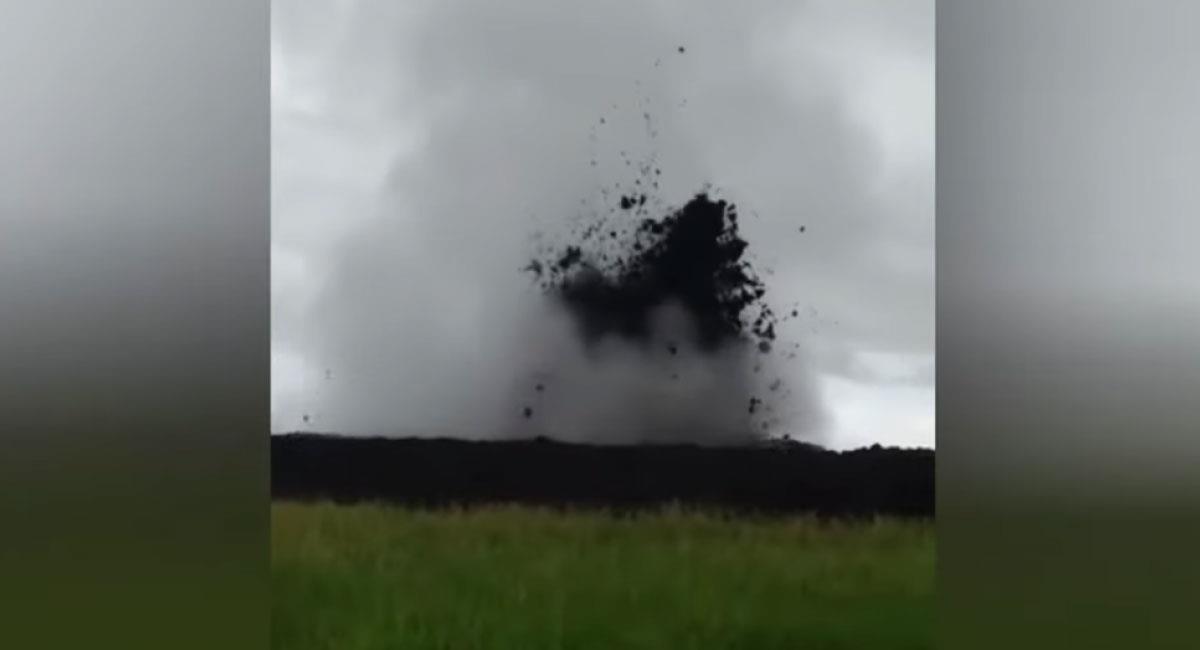 Erupción de volcán de lodo en Necoclí, Antioquia. Foto: Youtube