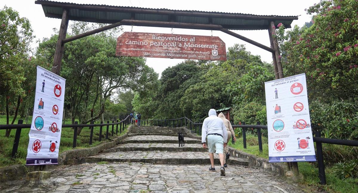 Los senderos de Monserrate tienen restricciones aforo y distanciamiento. Foto: Twitter @IDRD