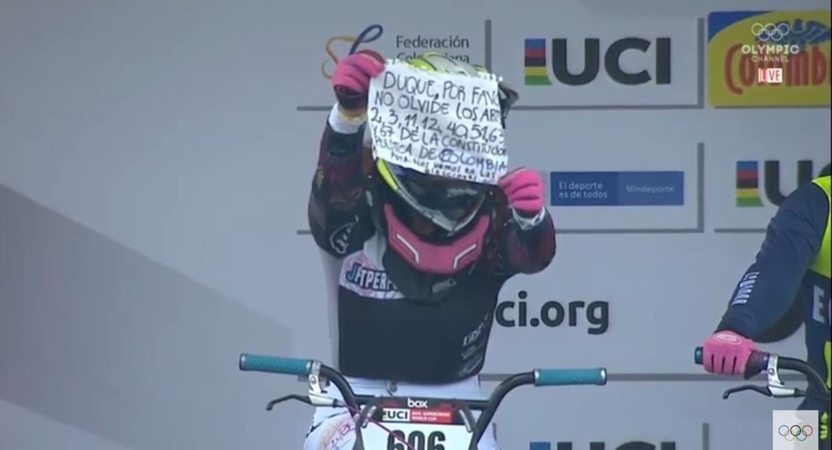 Contundente mensaje de la bicicrosista colombiana Paola Parra a Iván Duque. Foto: Twitter captura pantalla Olympic Channel.