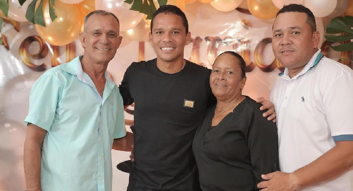 Carlos Bacca junto a su familia. Foto: Instagram @goleador70