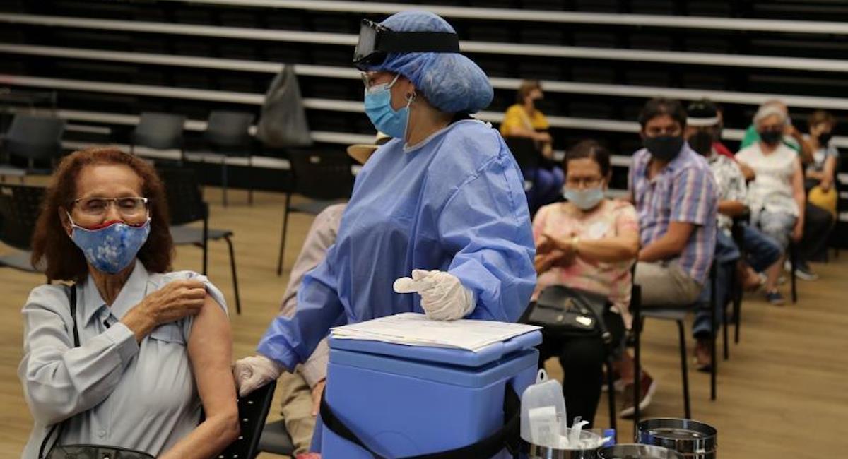 Vacunación para mayores de 50 años en Medellín. Foto: Alcaldía de Medellín