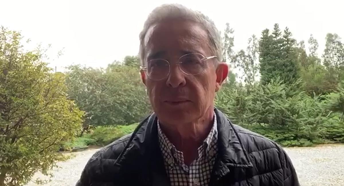 Por medio de twitter el expresidente Uribe expone varias consideraciones para superar la crisis social. Foto: Facebook Red + Noticias