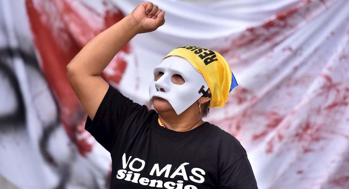 Un grupo de manifestantes participa en un montaje artístico simbólico en Cali. Foto: EFE