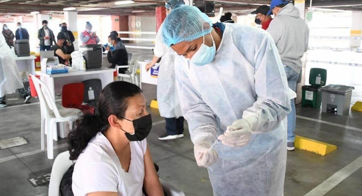 Estas son las reacciones que puede tener el cuerpo después de recibir la vacuna contra la COVID-19. Foto: Alcaldía de Bogotá