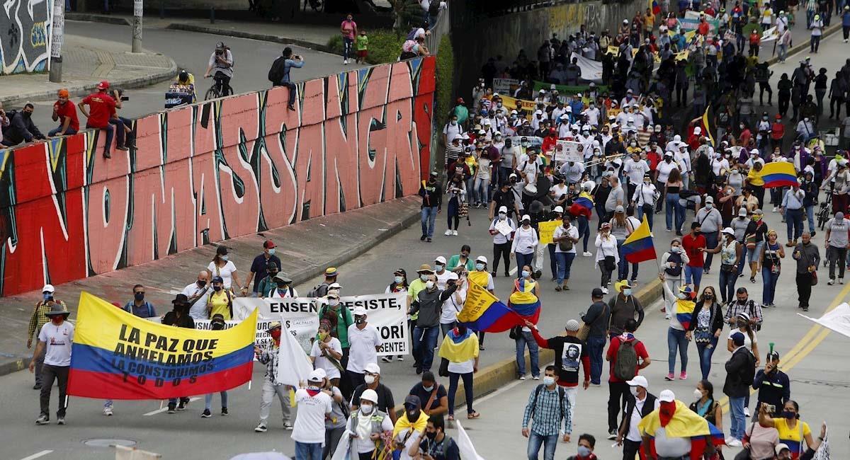 Manifestantes se congregan en una nueva jornada de protestas contra el Gobierno en Medellín. Foto: EFE
