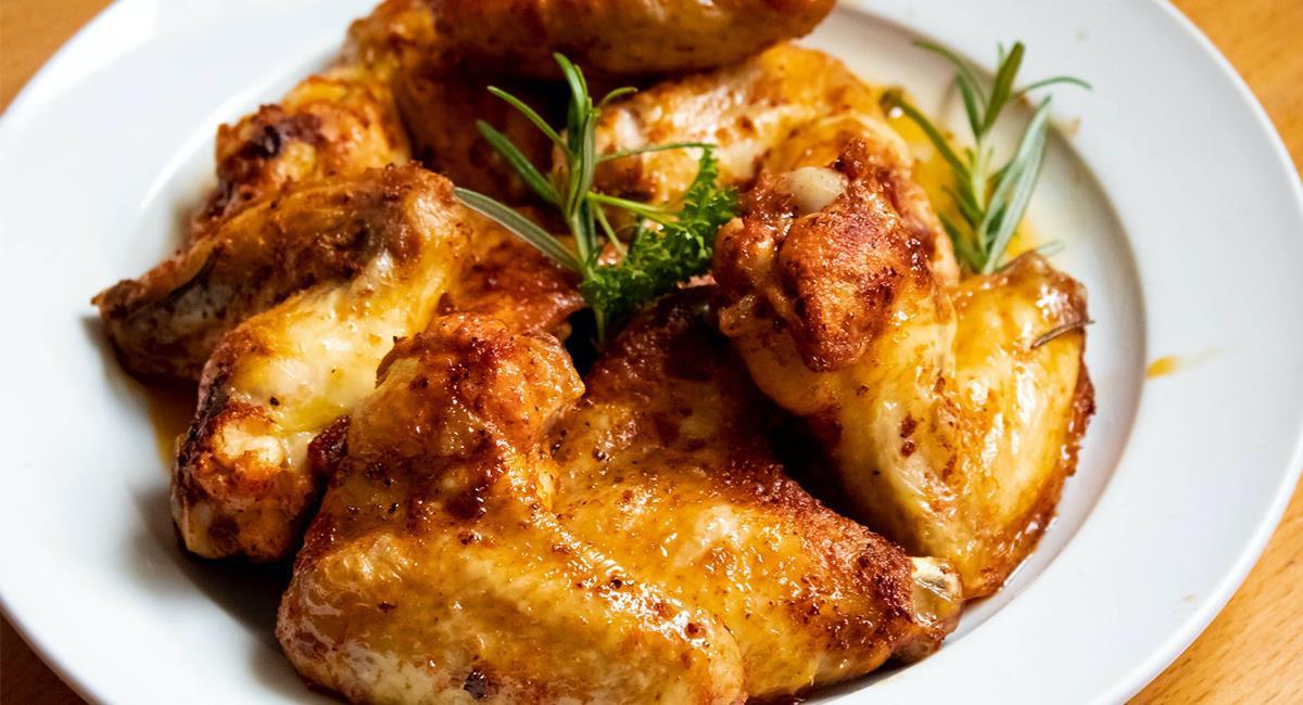 El pollo te quedará 'jugosito' siempre que lo bañes con la salsa en el horno. Foto: Pexels