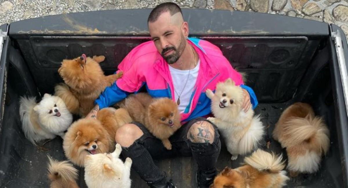 Mike Bahía quiso demostrarle a los cachorros que es igual de 'cool' a Greeicy. Foto: Instagram