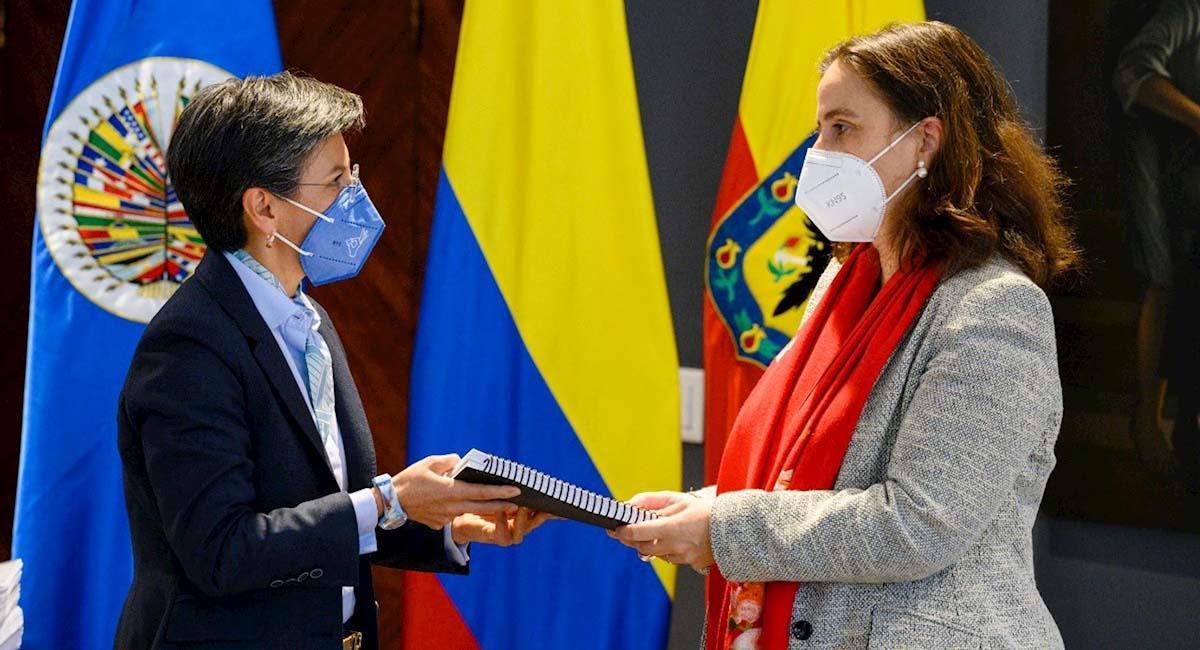 Alcaldesa de Bogotá, Claudia López (i), y la presidenta de la CIDH, Antonia Urrejola (d). Foto: EFE