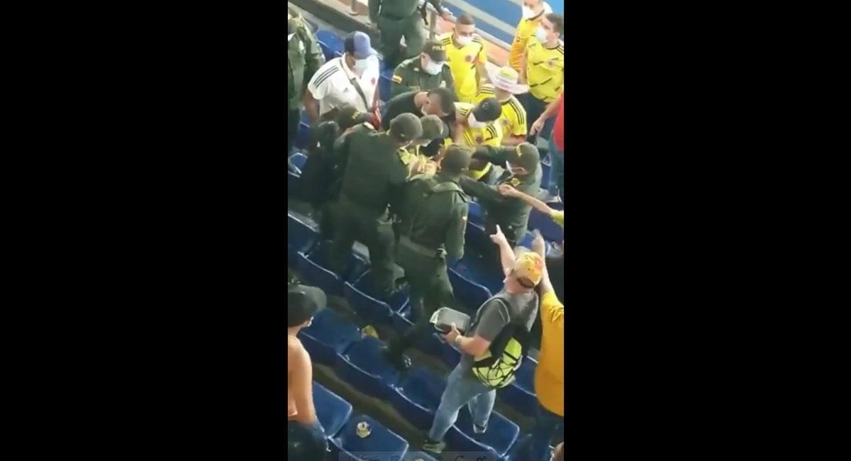 Varias personas registraron el incidente generado por la camiseta de Cuadrado. Foto: Youtube Canal HT 24