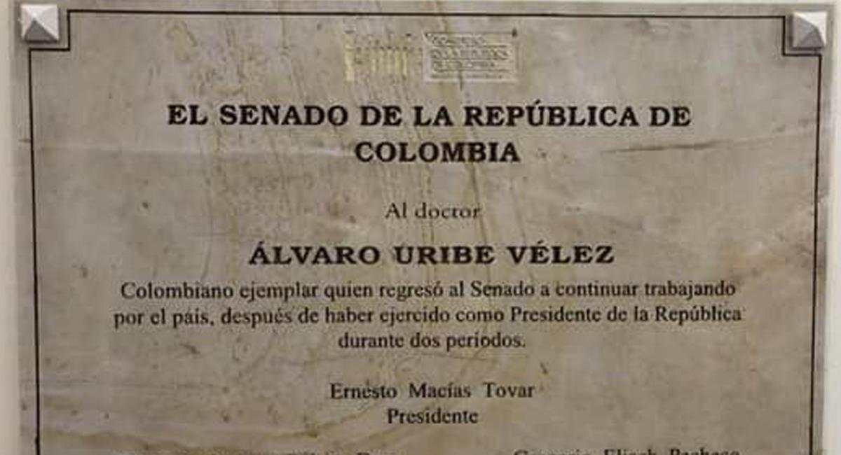 Esta placa instalada en el Congreso por orden de Ernesto Macías en honor a Álvaro Uribe generó polémicas entre diversos grupos políticos. Foto: Facebook Everlide Romero Villegas