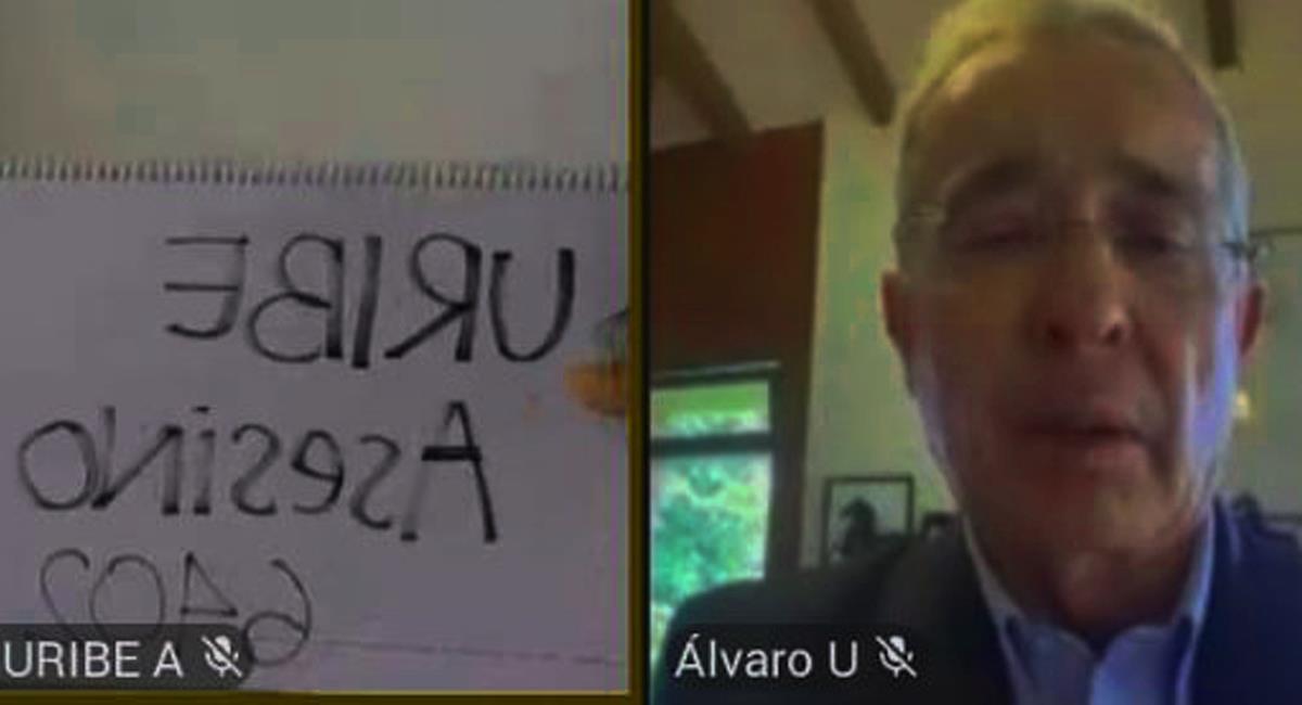 Con carteles alusivos a los falsos positivos, estudiantes españoles boicotearon una conferencia virtual que contaba con la participación de Álvaro Uribe Vélez. Foto: Twitter @ContraGodarria