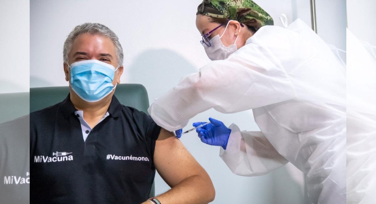 Este domingo 13 de junio, el Presidente Iván Duque recibió la primera dosis de la vacuna contra el covid-19. Foto: Twitter @/infopresidencia