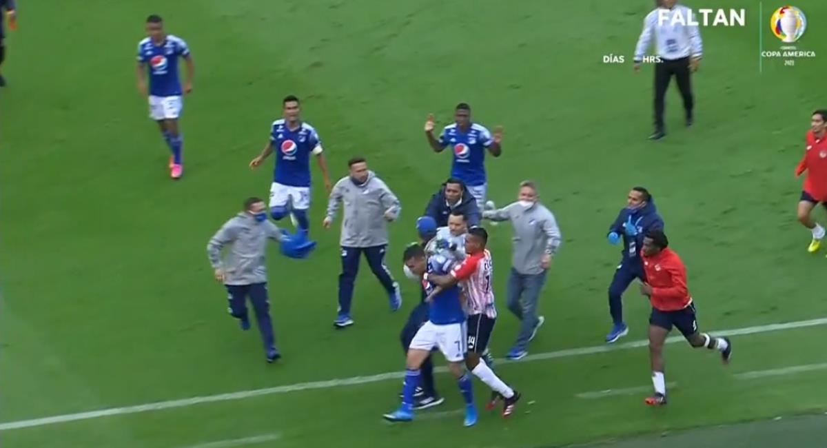 Fuerte agarrón entre jugadores de Millonarios y Junior. Foto: Twitter @ElVarCentral.