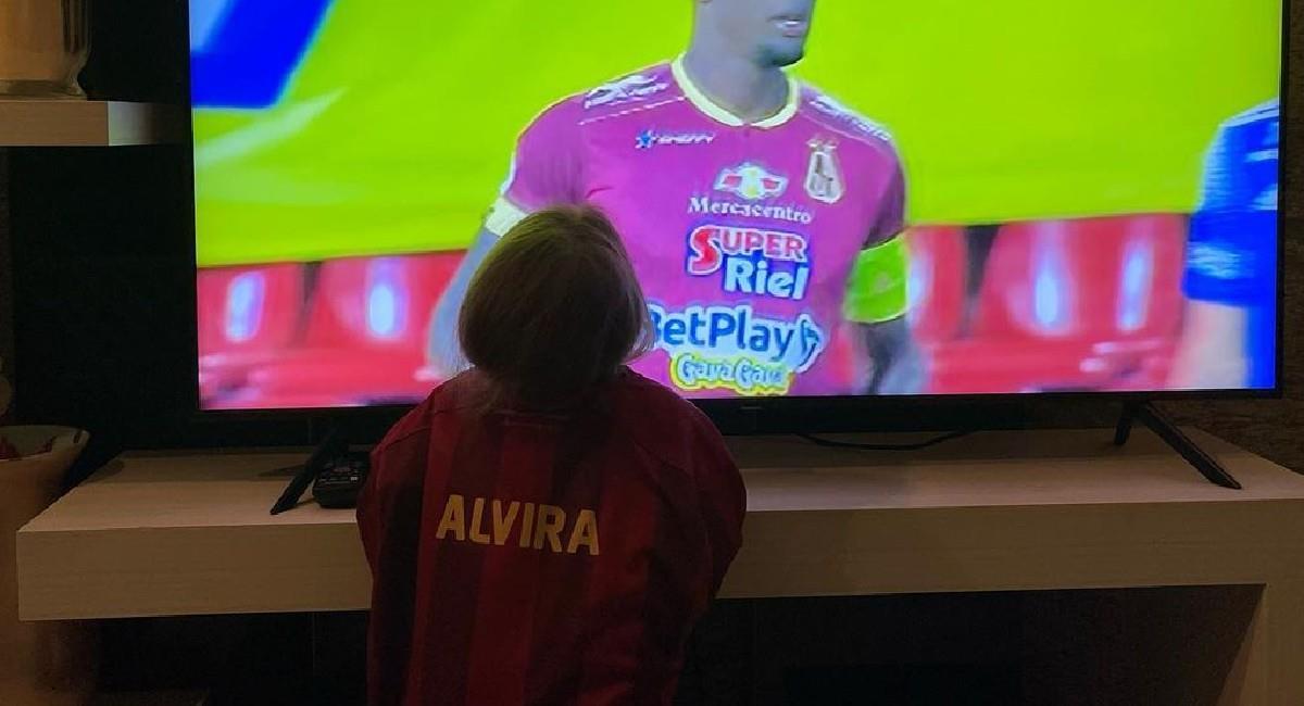 Así de cerca estuvo la hija de Juan Diego Alvira alentando a Deportes Tolima. Foto: Instagram @juandiego.alvira