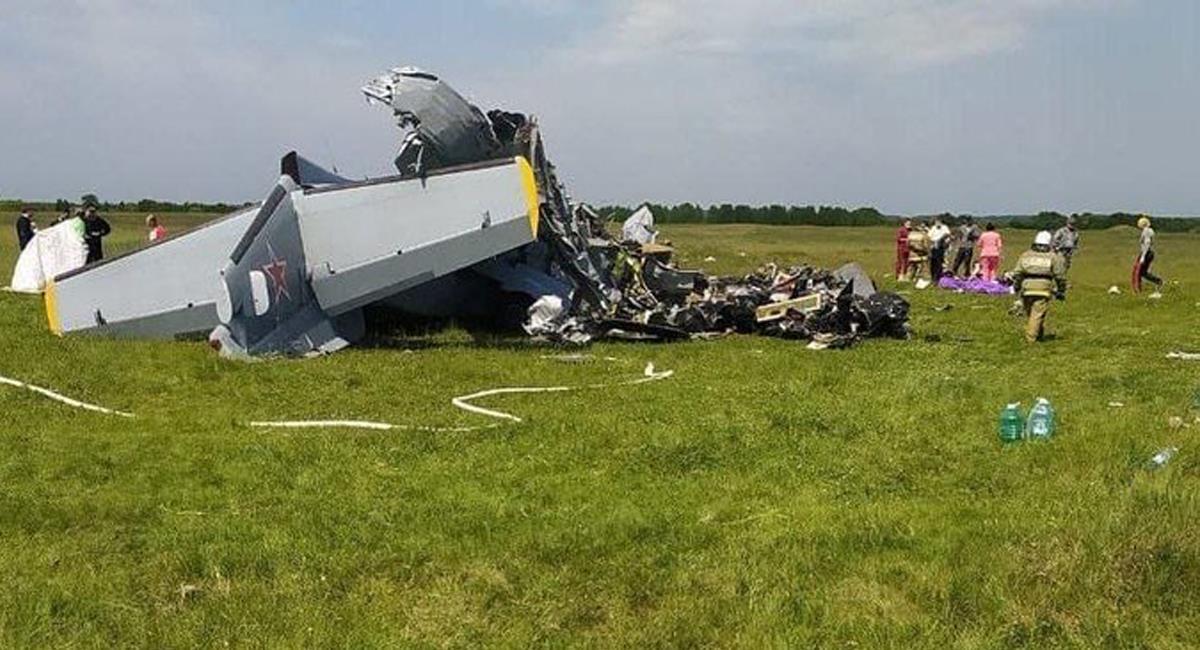 4 personas murieron y 11 resultaron heridas cuando un avión L-410 cayó a tierra en Ucrania. Foto: Twitter @top_ngs_news