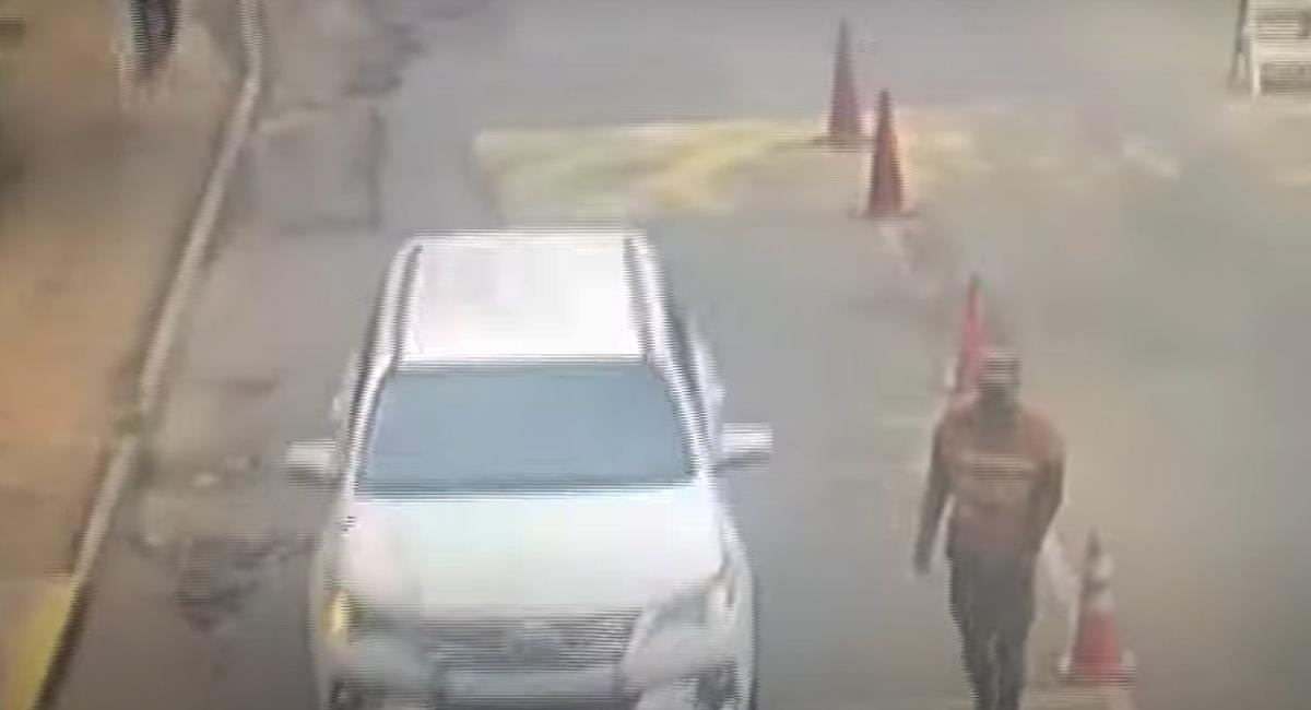 En el video de seguridad en la Brigada 30 se aprecia cómo una camioneta blanca ingresa sin problema. Foto: Captura de video