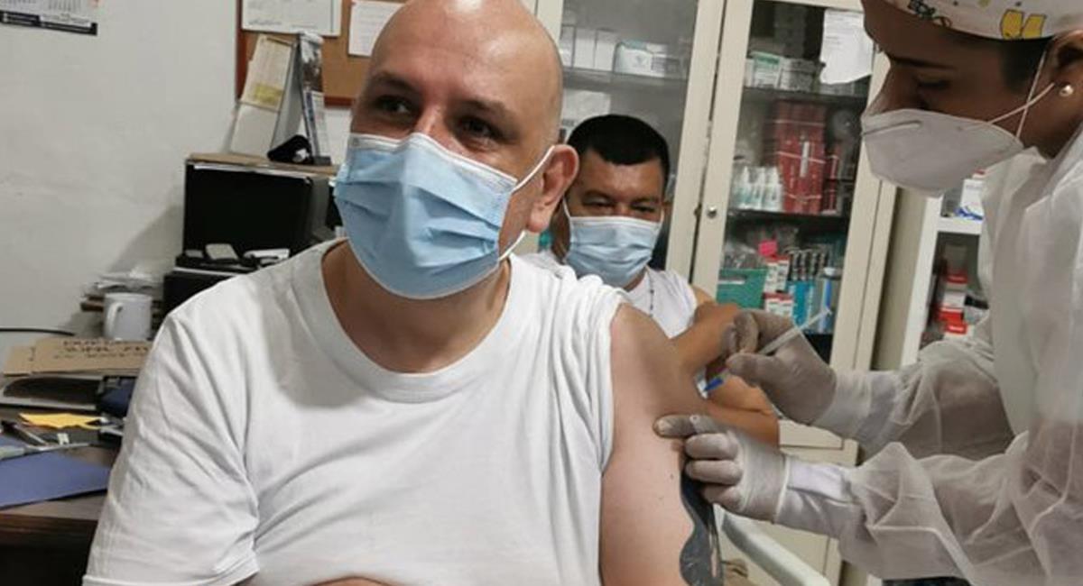 El proceso de vacunación sigue adelante gracias a la llegada de más unidades de bilógicos. Foto: Twitter @INPEC_Colombia