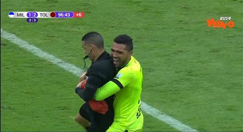 Montero y su graciosa celebración con el árbitro
