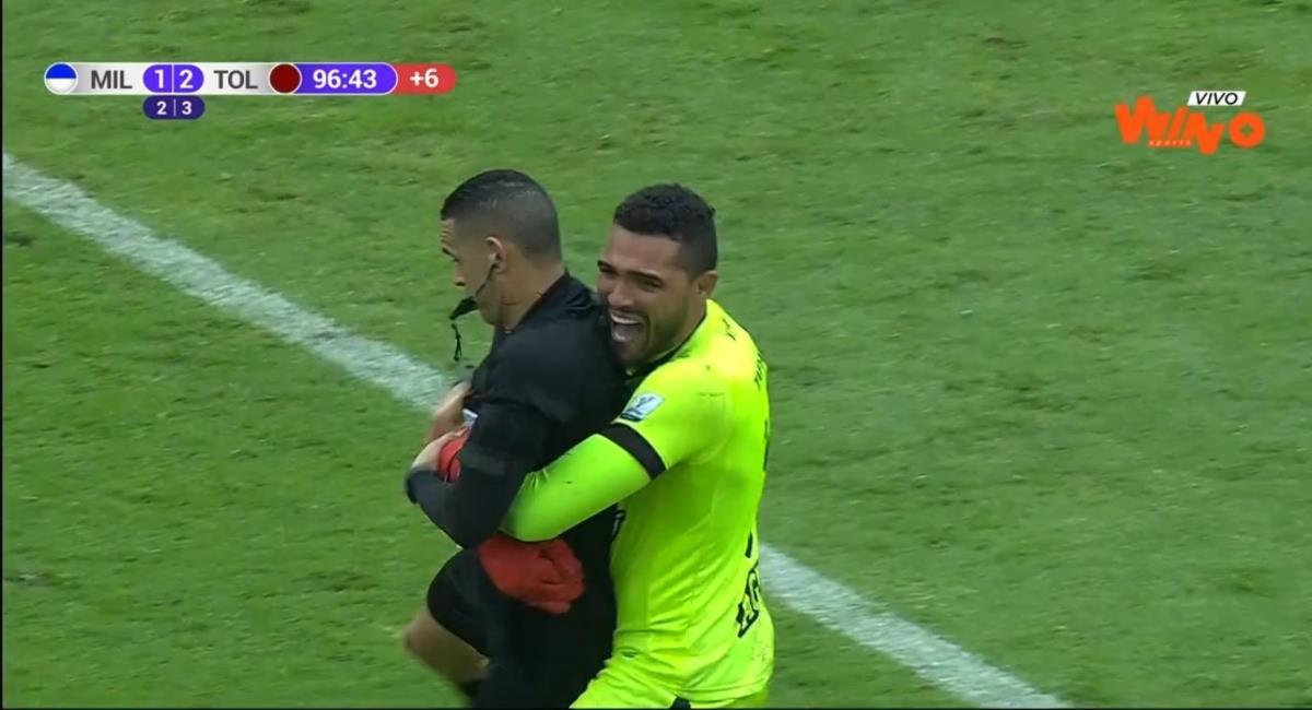 La graciosa celebración de Montero. Foto: Twitter Captura pantalla Win Sports.